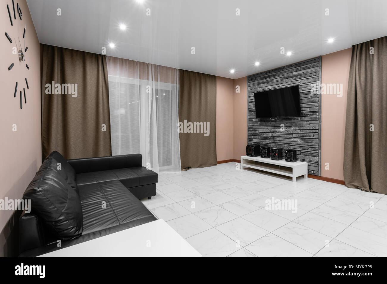 Moderner Minimalismus Style Salon Interieur. Einfache Und Kostengünstige  Wohnzimmer Mit Küche. Innenbeleuchtung Abend