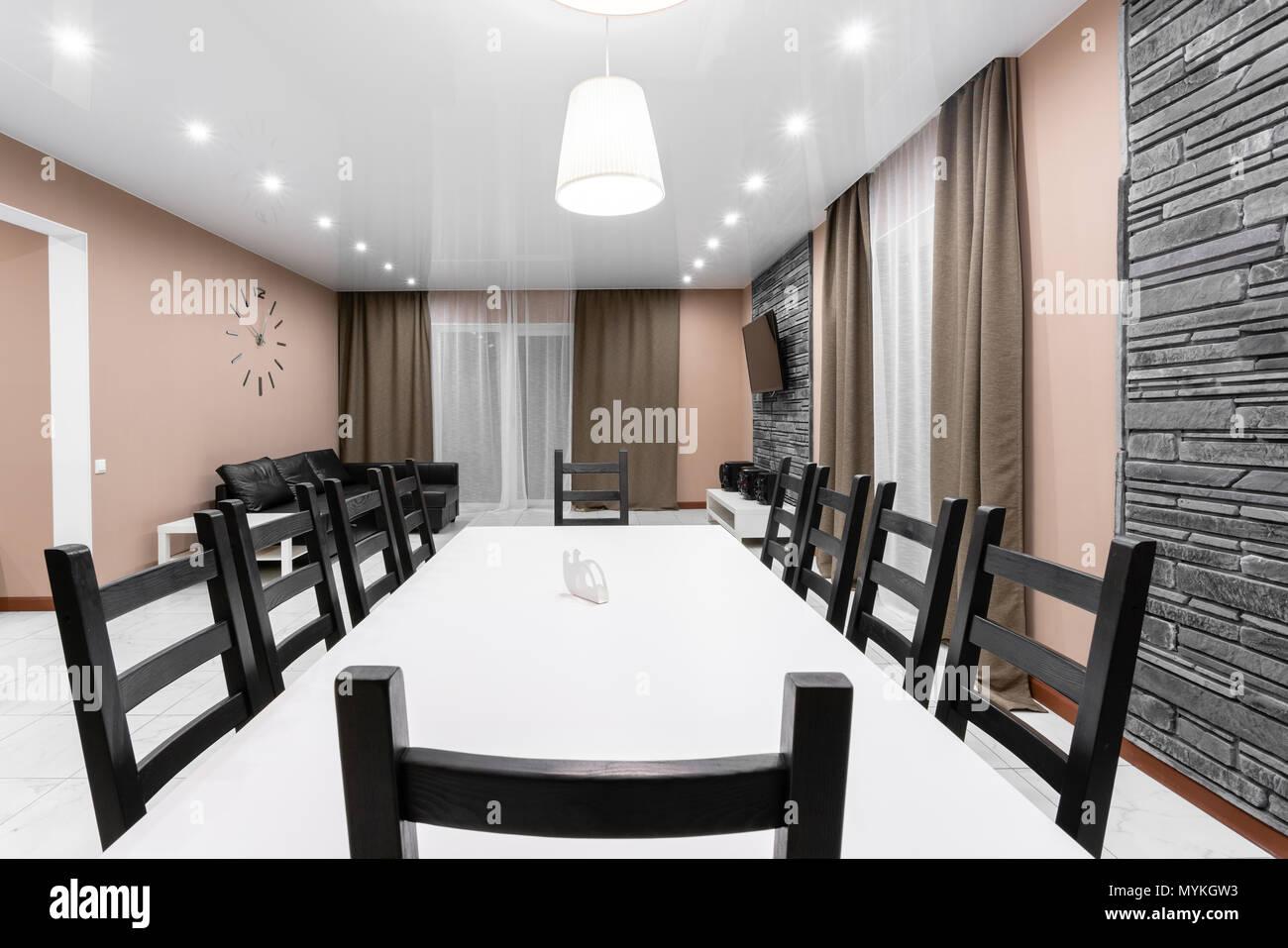 Esstisch Für 10 Personen. Moderner Minimalismus Style Salon Interieur.  Einfache Und Kostengünstige Wohnzimmer Mit Küche. Innenbeleuchtung Abend