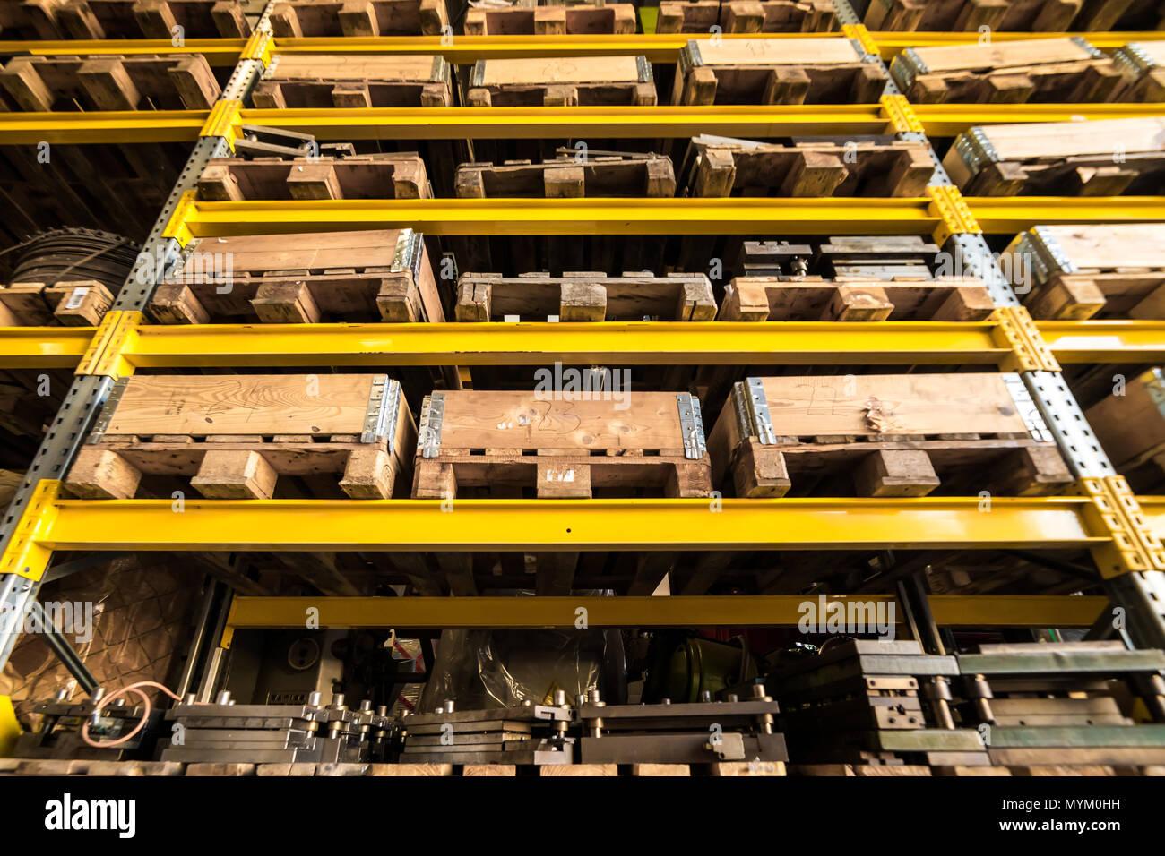 Warehouse Storage Shelf Mit Holzkisten Und Paletten Mit Schweren