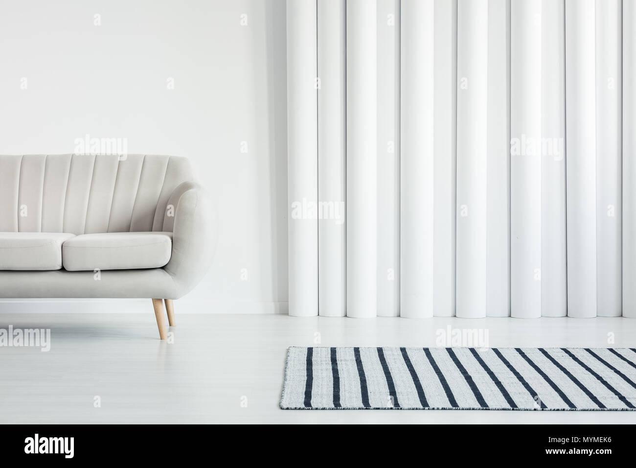 Beige Sofa In Weiß Wohnzimmer Einrichtung Mit Gestreiften Teppich Und Rohre  Wand Mit Kopie Raum