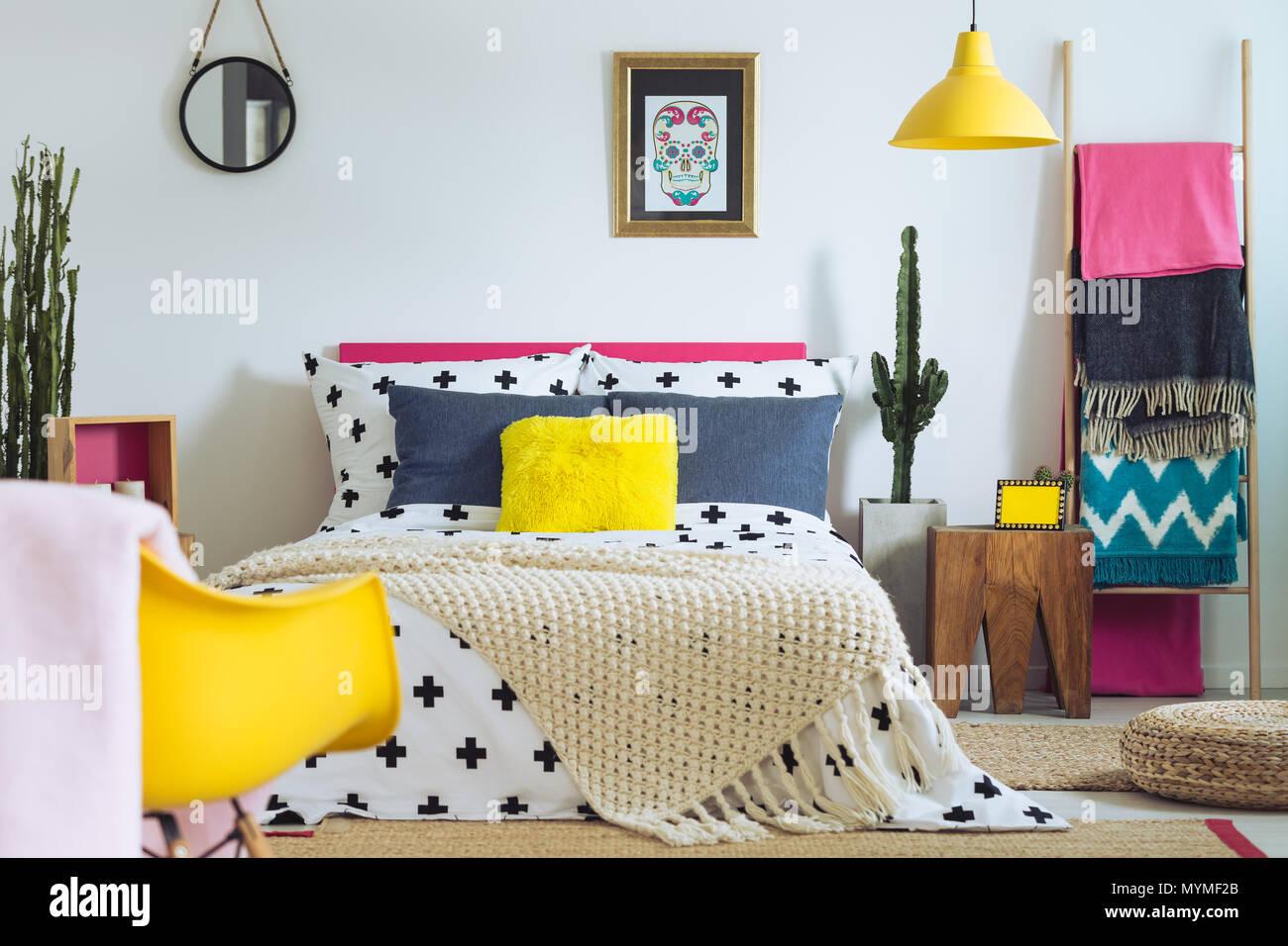 Modern Folk Schlafzimmer Mit Mischung Aus Lebhaften Farben Und Muster Stockfotografie Alamy