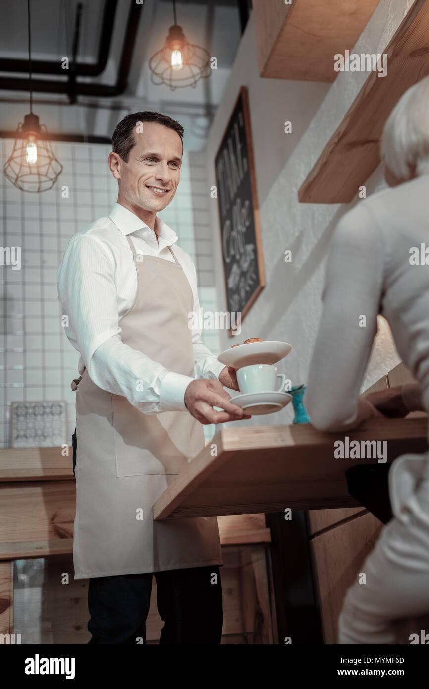 Stattliche kellner Kommunikation mit seinem Kunden Stockbild
