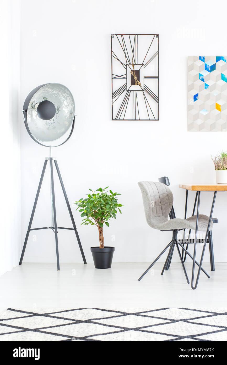 Designer Uhr Auf Der Wand Uber Werk Und Lampe Im Esszimmer Mit Grau