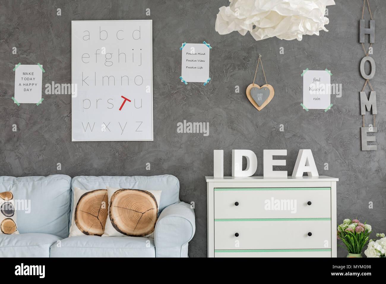 Zimmer Mit Grauen Wand Stuck Weissen Sofa Und Kommode Stockfoto