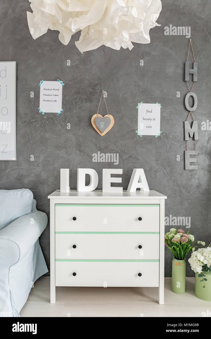 Zimmer Mit Dekorativen Grauen Wand Beenden Und Weisse Kommode