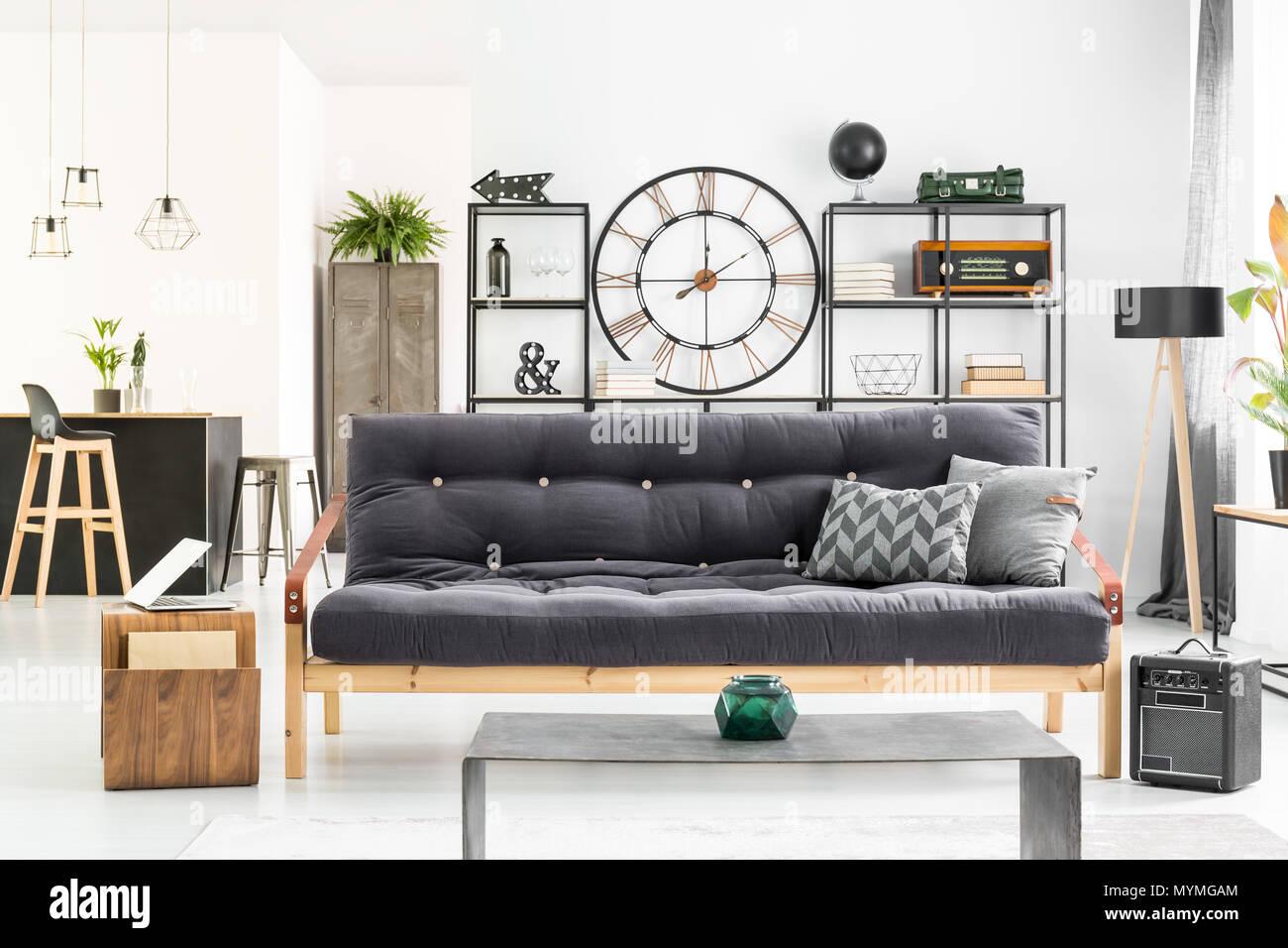 Große Uhr An Der Wand Im Wohnzimmer Interieur Mit Schwarzes Sofa, Metall  Rack Und Oldschool Schließfach