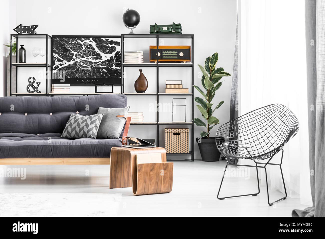 Metall Stuhl Am Tisch Und Sofa Mit Kissen Grau Im Wohnzimmer Einrichtung  Mit Dunklen Poster Und Regale