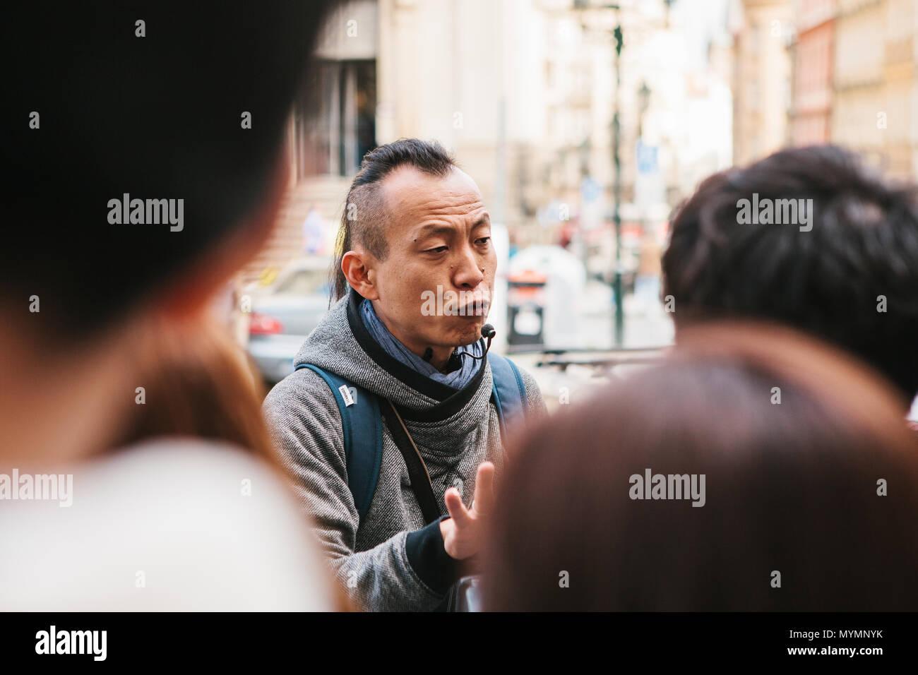 Prag, 21. September 2017: Asiatische guide emotional erzählt asiatische Touristen über die Sehenswürdigkeiten der Stadt und interessanten Orten. Prag ist eine der beliebtesten Städte für Touristen Stockbild