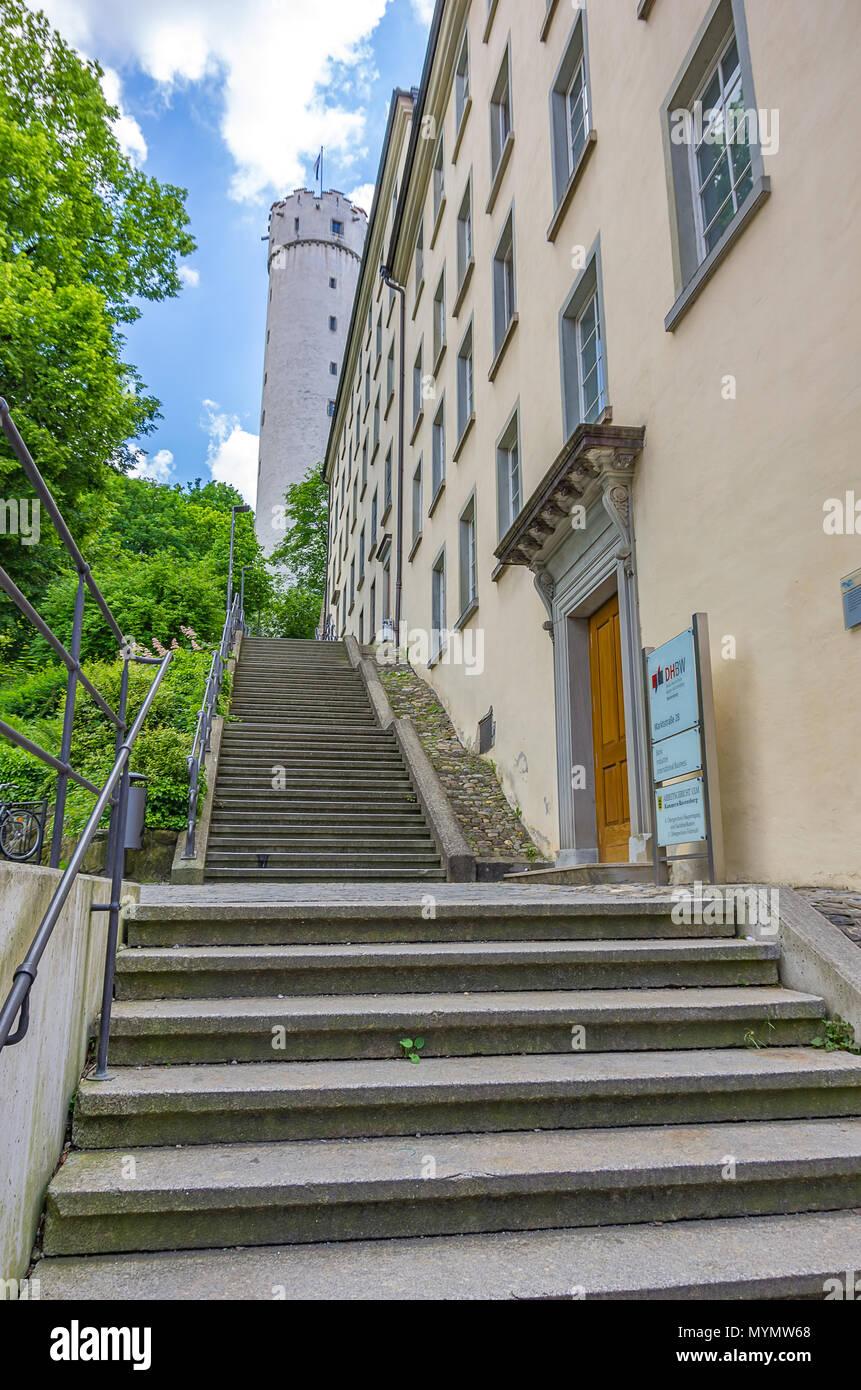 Ravensburg, Baden-Württemberg, Oberschwaben, Deutschland - Treppen bis zu Mehlsack Tower vorbei an der Dualen Hochschule. Stockbild