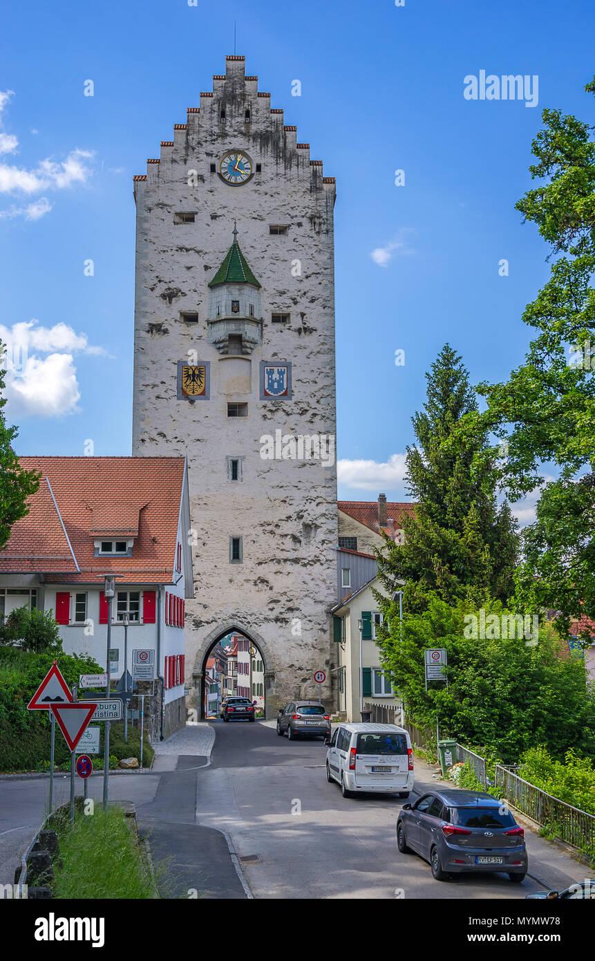 Ravensburg, Baden-Württemberg, Oberschwaben, Deutschland - Blick auf die mittelalterliche Obertor City Gate mit Straßenverkehr. Stockbild