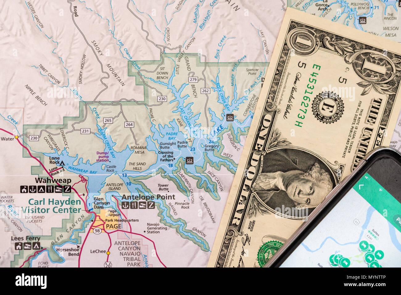 Reiseplanung mit Zubehör, smart phone und Reisen Karte, Detail von ...