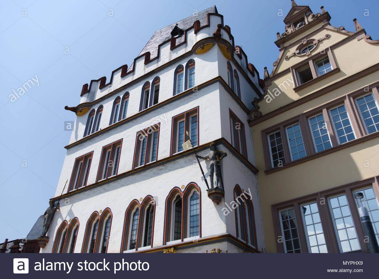 Der villa Hauptmarkt Trier. Marktumbauung mit Häusern der Renaissance, des Barock, des Klassizismus und des Späthistorismus sterben. Stockbild
