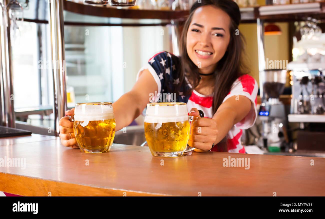 Freudige weiblichen Barista bietet Bier Stockbild