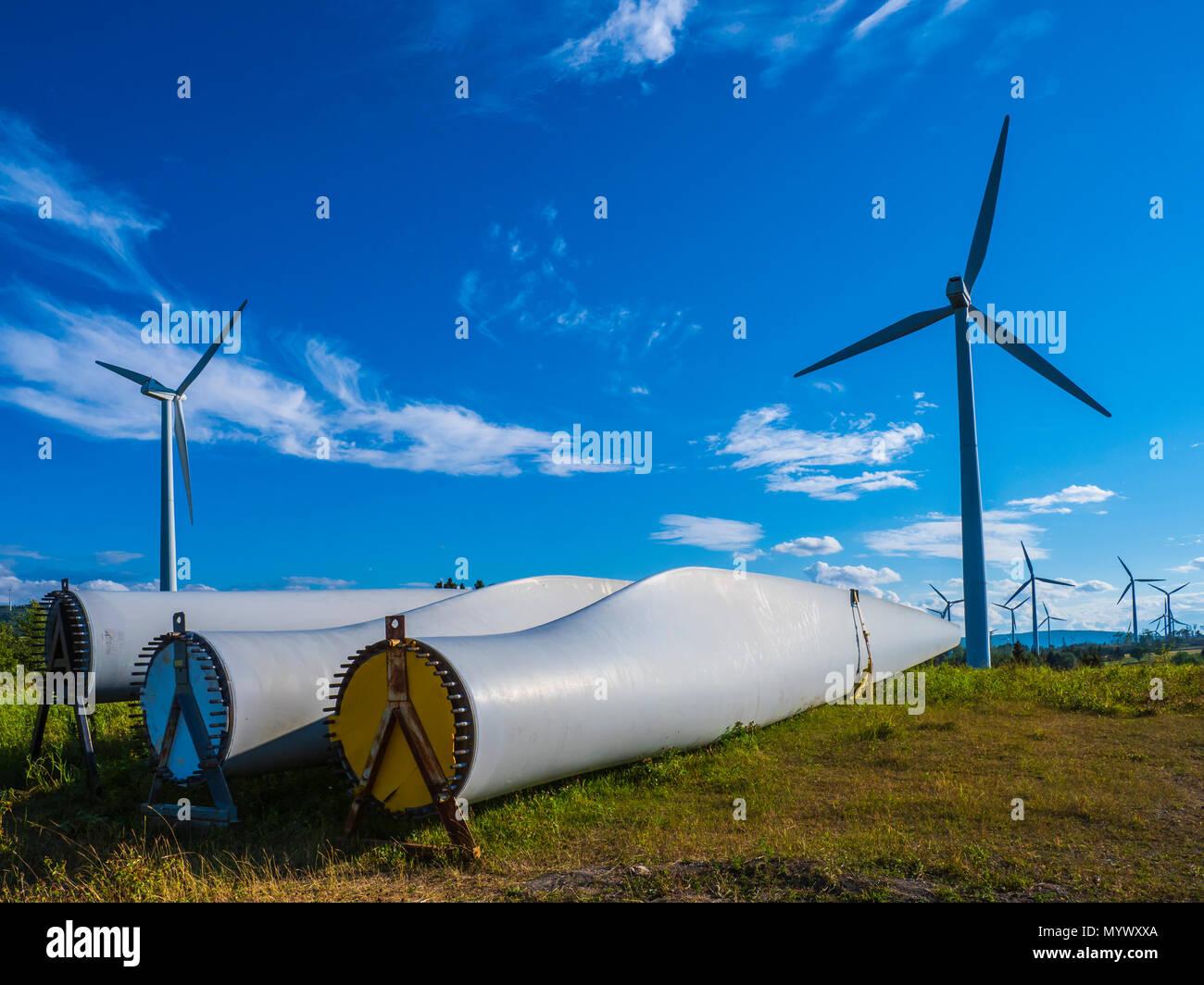 Windenergieanlagen und Ersatzklingen, Le Nordais Mühle Park wind generation Bahnhof Dorf Chibougamau, Gaspe Halbinsel, Quebec, Kanada Stockbild