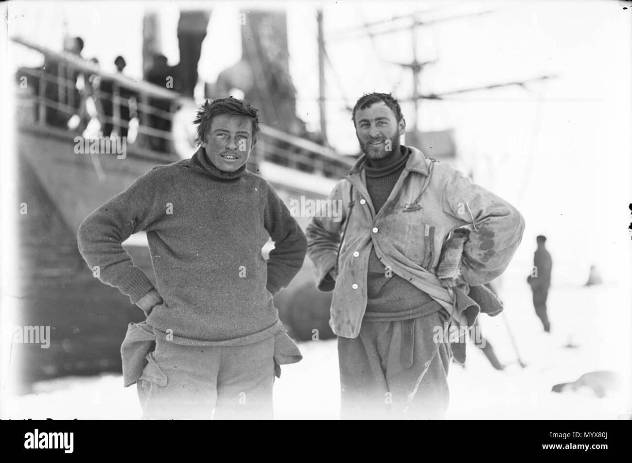 . Englisch: Foto von zwei Männern, Percy Correll und Charles Laseron, aufgenommen von Frank Hurley. Correll und Laseron waren Mitglieder des Australasian Antarctic Expedition von Sir Douglas Mawson (1911-1914). Dieses Foto wurde auf eisscholle Eis an der westlichen Basis berücksichtigt. Die SY Aurora, ein Steam Yacht durch Mawson gekauft die Expedition in die Antarktis ab Hobart zu transportieren, ist im Hintergrund. . 26 Juni 2014, 08:38:12. Frank Hurley (1885-1962) Alternative Namen James Francis Hurley Beschreibung Australian Explorer, Fotograf, Fotograf und Fotojournalist Datum der Geburt / Tod 15 Octobe Stockfoto