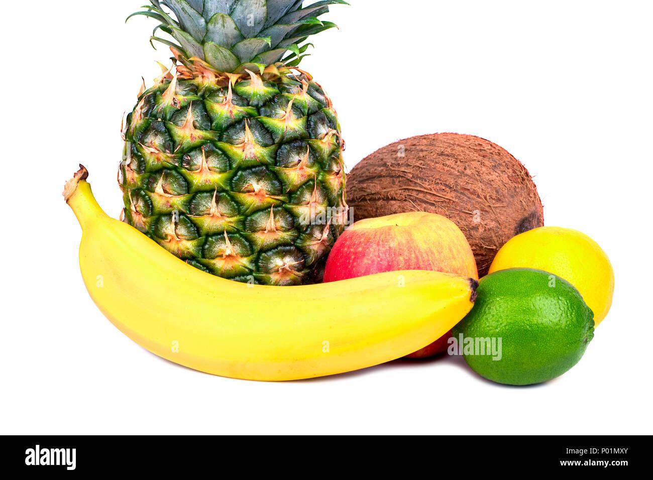Tropische Früchte wie Bananen, Ananas, Kokos, Zitrone, Limette, auf weißem Hintergrund Stockbild