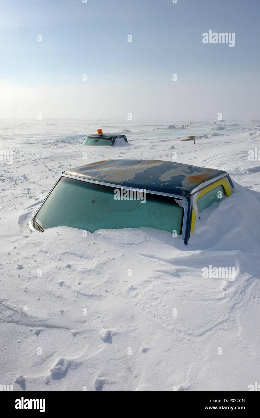 Eingeschneite Fahrzeuge bei Iqaluit im Territorium Nunavut, Kanada   Schnee Autos an Iqaluitat teritorry, Nunavut, Kanada Stockbild