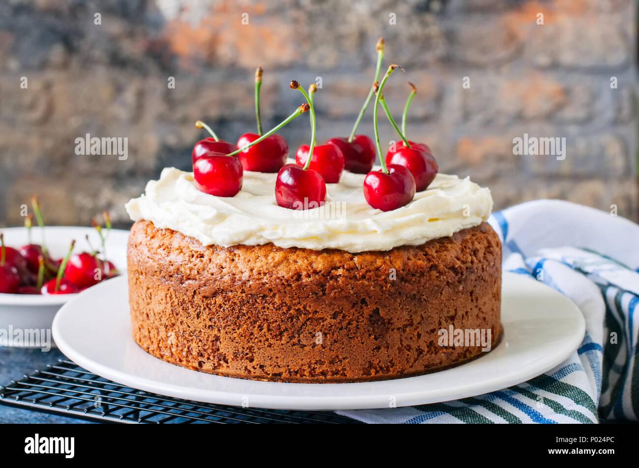 Cream Cake With Sour Cherries Stockfotos Cream Cake With Sour
