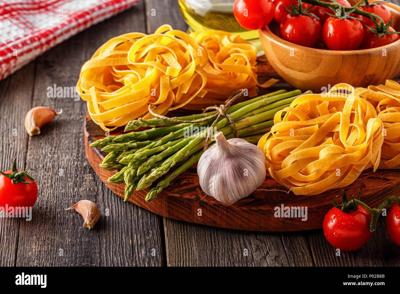 Produkte Zum Kochen Frischer Spargel Pasta Tomaten Knoblauch