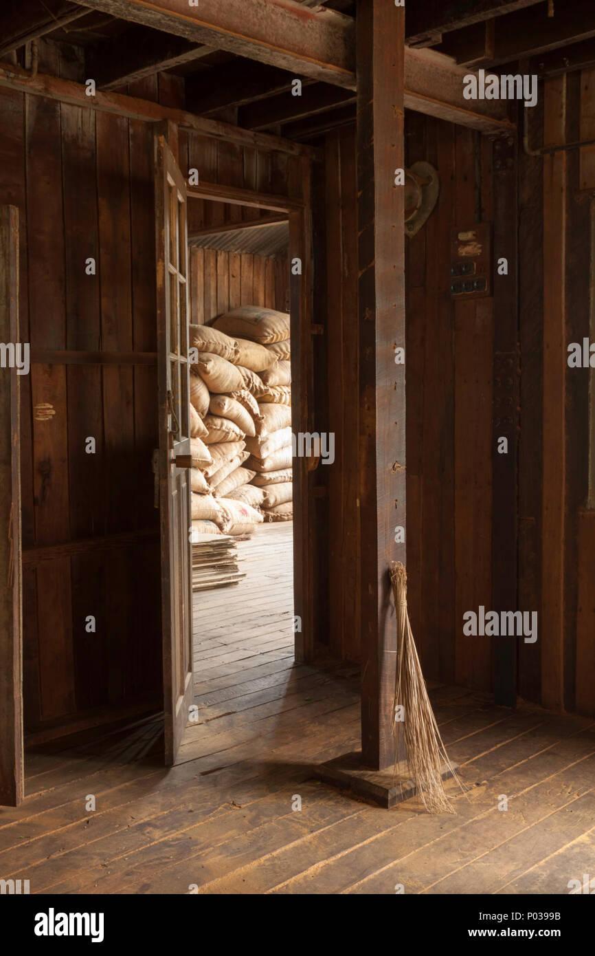 Alte Bürste stützte sich gegen einen Holzbalken in der ...