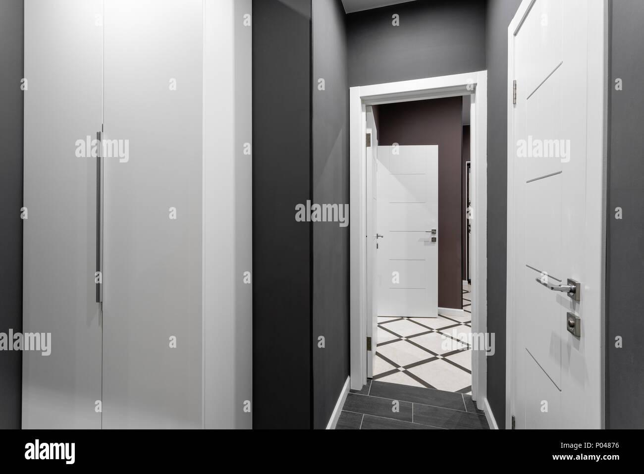 Der Korridor Zwischen Den Zimmern. Preiswert Familienzimmer. Hotel Standart  Zwei Schlafzimmer. Einfache Und Stilvolle Interieur. Innenbeleuchtung