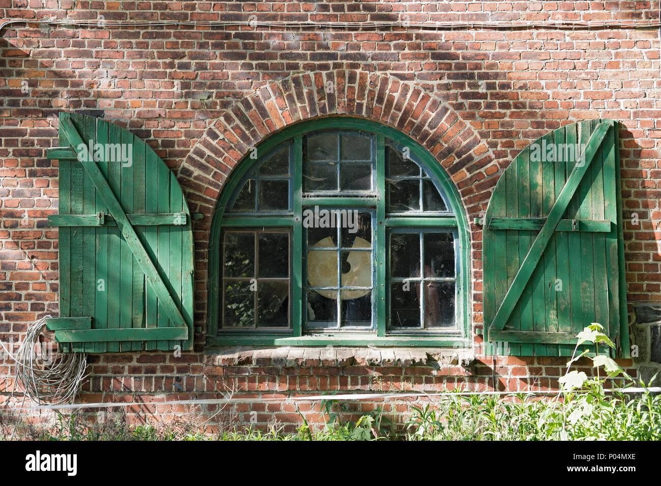 Fenster in einem Backstein Bauernhaus mit Fensterläden in Schleswig Holstein, Deutschland Stockbild