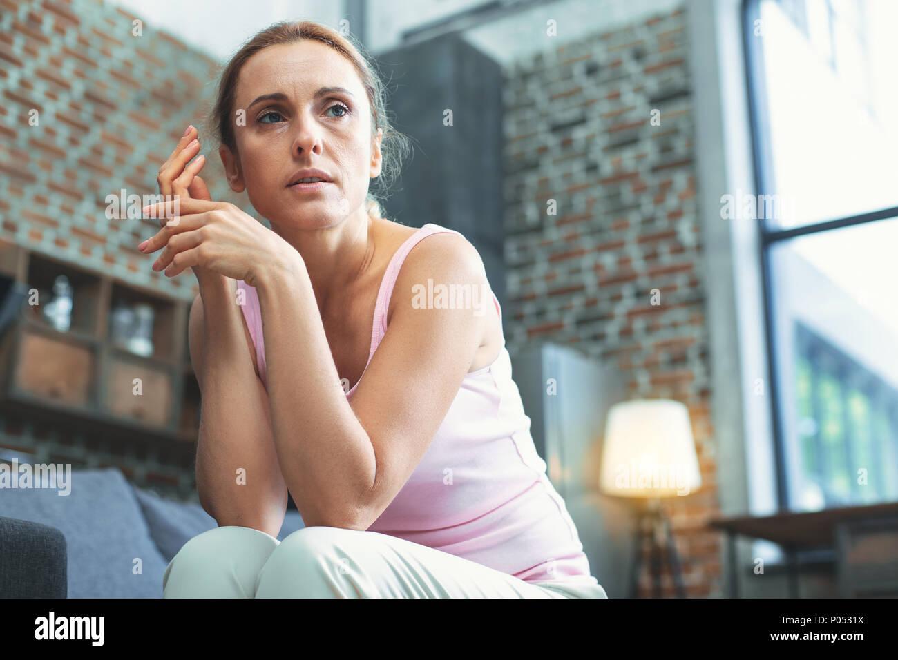 Mit reife Frau Hilflosigkeit erleben Stockbild