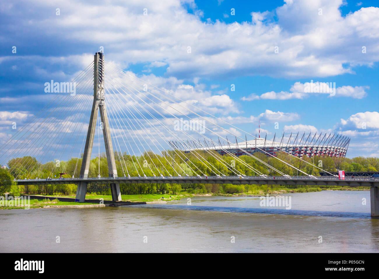 Warschau, Polen - 24 April 2016: - Die nationalen Stadium durch die Swietokrzyski Brücke über die Weichsel voraus. Speziell für die UEFA EURO gebaut Stockfoto