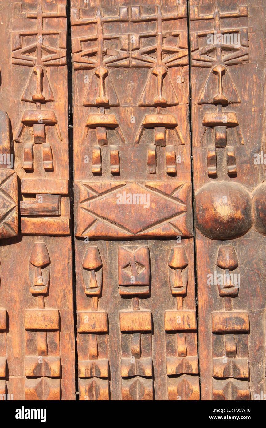 Detail von Mali Dogon Getreidespeicher Tür mit geschnitzten Symbolen Stockbild