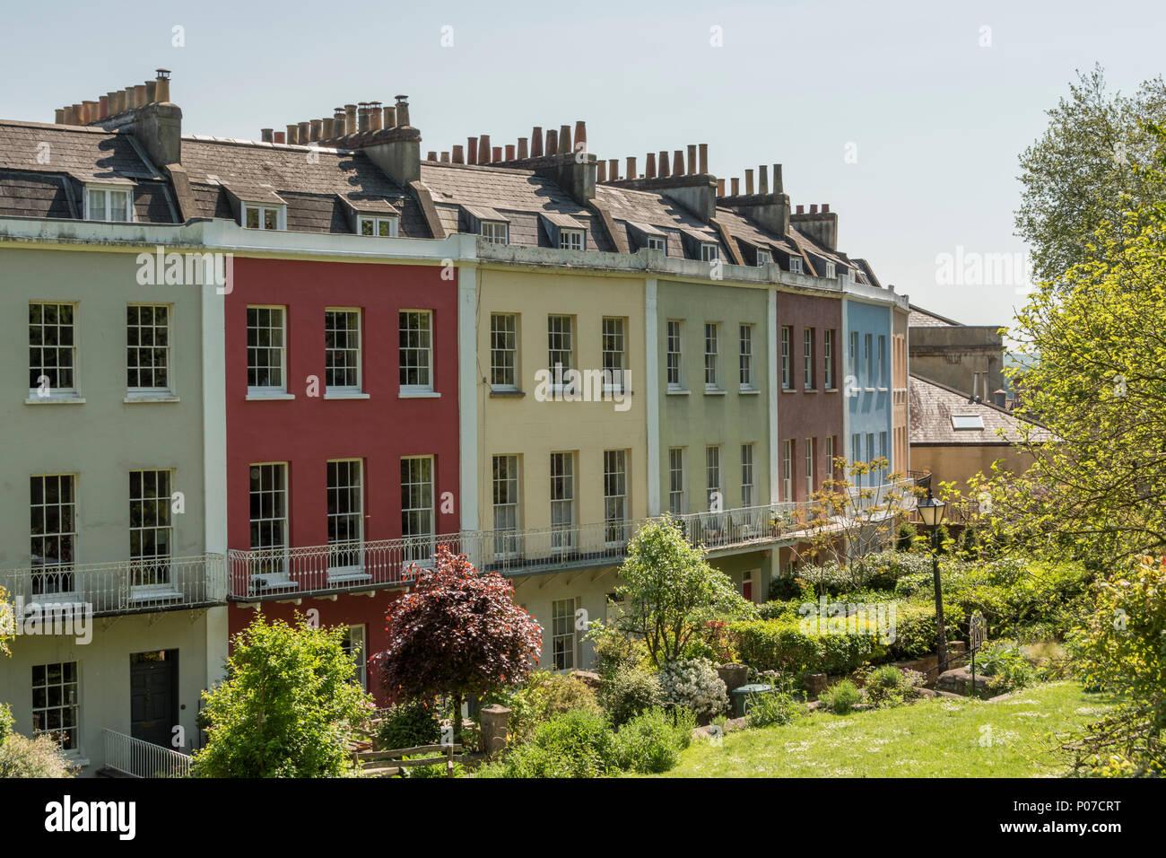 Das Polygon in Cliftonwood, Bristol, UK, einem terrassierten Georgian Crescent mit einem Gemeinschaftsgarten. Stockbild