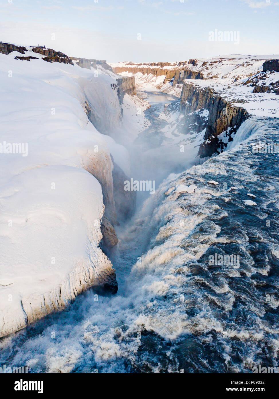 Luftaufnahme, verschneite Landschaft, Schlucht, Canyon mit fallenden Wassermassen Wasserfall Dettifoss, im Winter, Northern Island, Island Stockbild