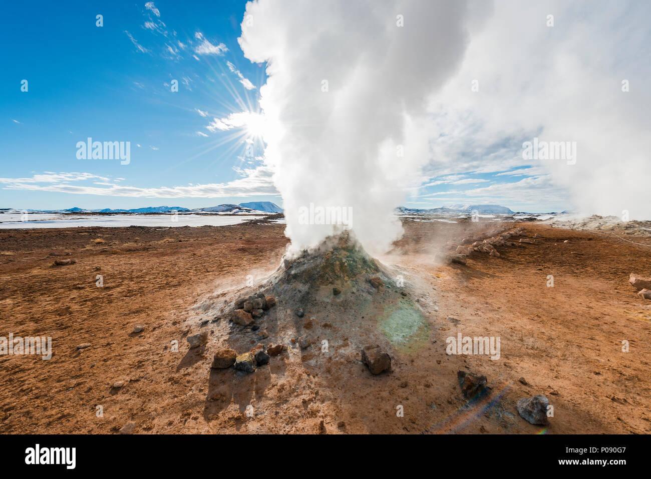 Dampfende Fumarole, Solfatara in Hverarönd, auch Hverir oder Namaskard, Geothermie, North Island, Island Stockbild