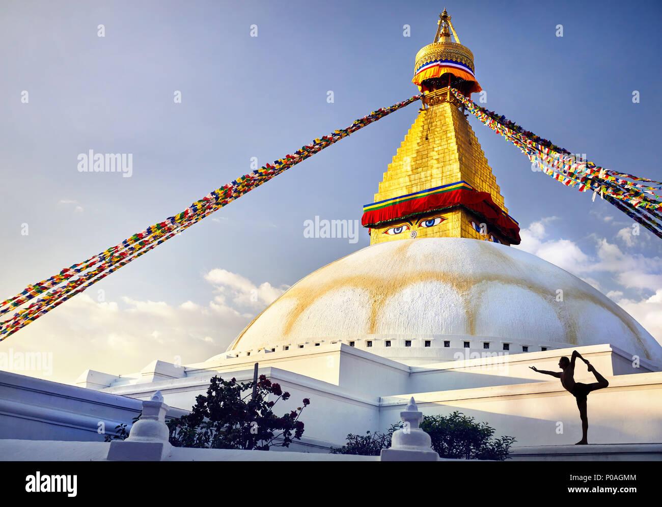 Silhouette des Menschen Yoga natarajasana in Bodnath großen buddhistischen Stupa mit Gebetsfahnen in Kathmandu Stockbild