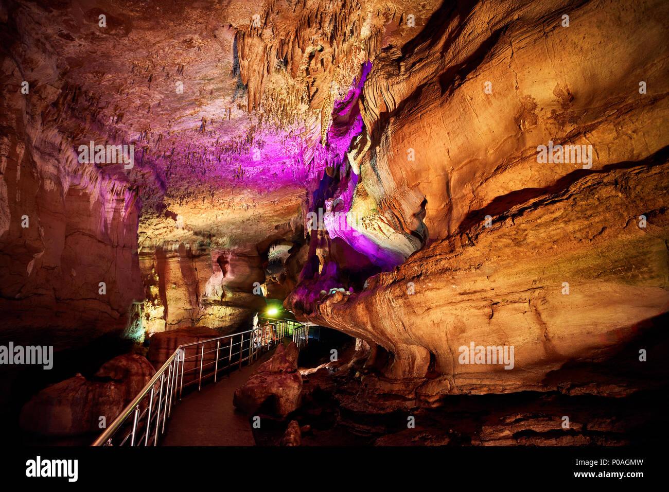 Unterirdische Höhle Sataplia mit bunten Beleuchtung in Kutaissi, Georgien Stockbild