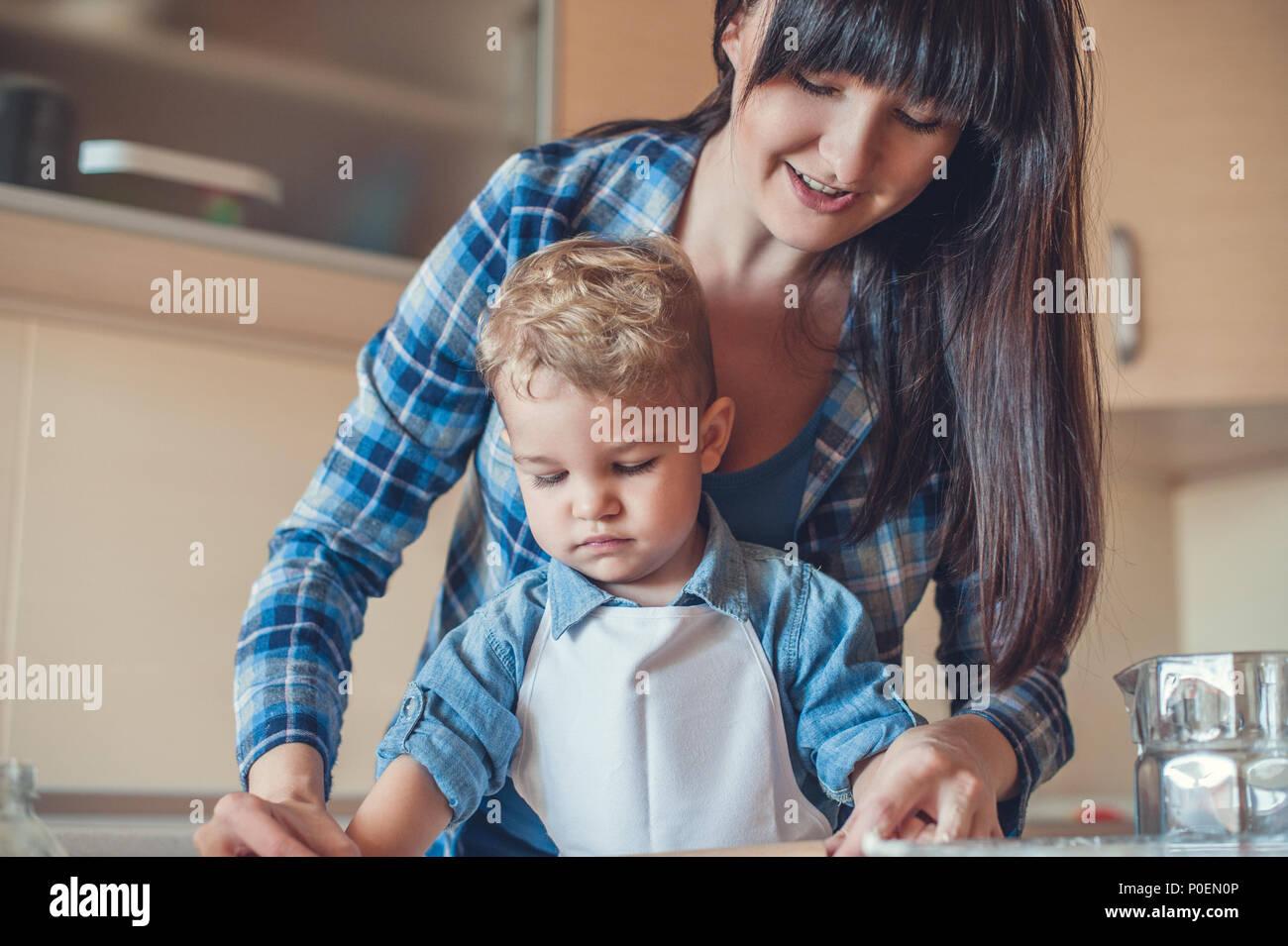Mutter und Sohn Kochen in der Küche und Suchen nach unten Stockbild