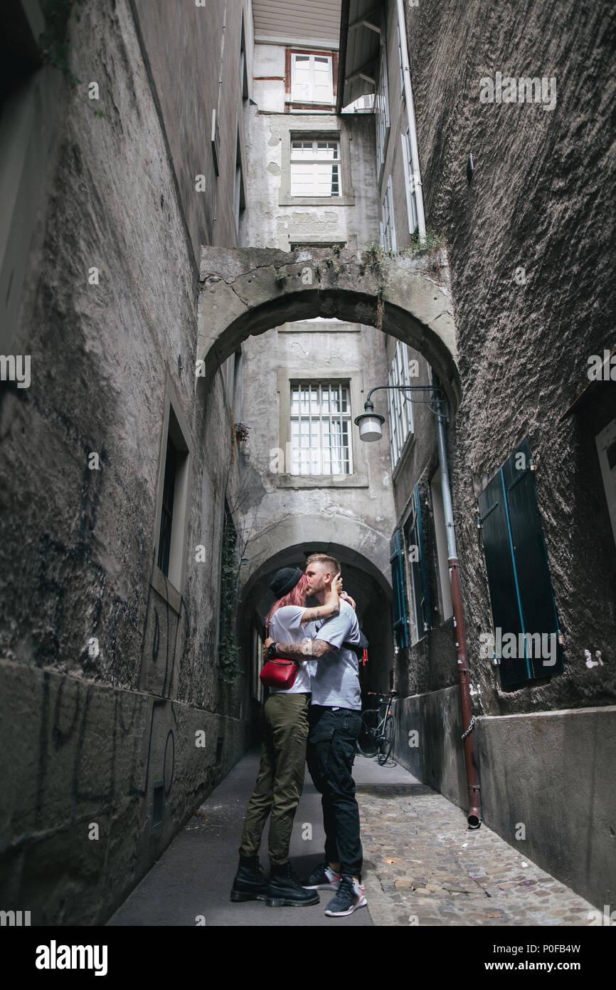 Junges Paar in Liebe auf gemütlichen Gasse in Bern, Schweiz küssen Stockbild