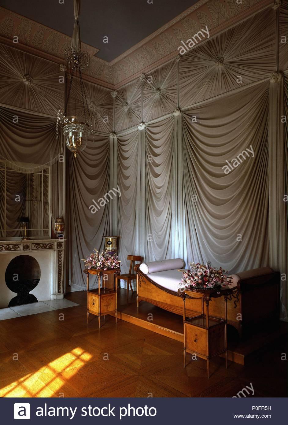 schlafzimmer der knigin luise von preuen im schloss charlottenburg berlin mbel 1810 autor karl friedrich schinkel 1781 1841