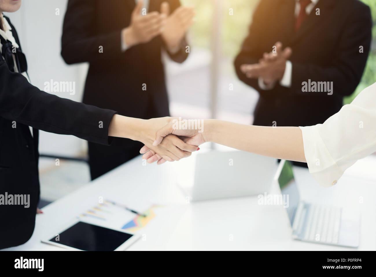 Geschäft Leute die Hände schütteln, bis Beendigung einer Versammlung einen Deal mit seinem Partner das Geschäft mit Kollegen Klatschen zu Congrats zu versiegeln. Stockbild