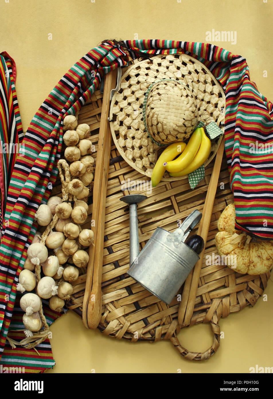 Folkloristische Zusammensetzung von Objekten und Essen von den Bauern auf den Kanarischen Inseln verwendet Stockbild