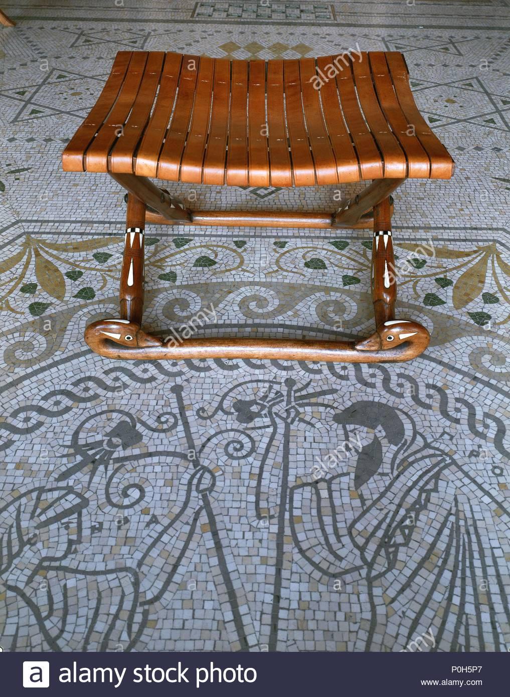 Fußbodenmosaik Und Hocker Bei Villa Kerylos, Modell Eines Griechischen  Villa Um 450 V. Chr