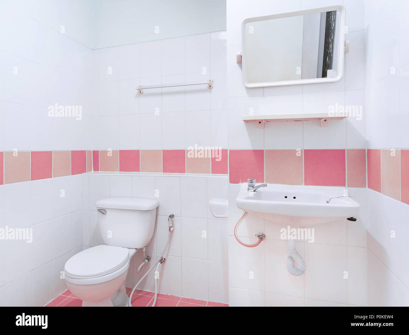 Saubere toilette mit wc waschbecken und spiegel dekoration mit rosa