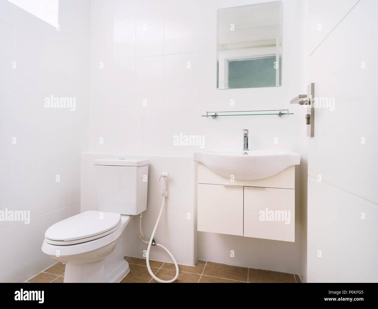 Saubere toilette mit wc waschbecken und spiegel dekoration mit