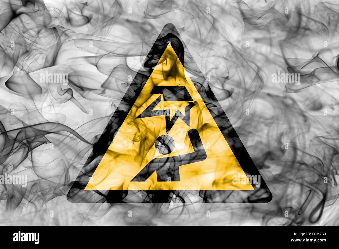 Warnung vor Hindernissen im Kopfbereich Gefahr Warnung Rauch unterzeichnen. Dreieckige Gefahrenwarnung Zeichen, Rauch Hintergrund. Stockbild
