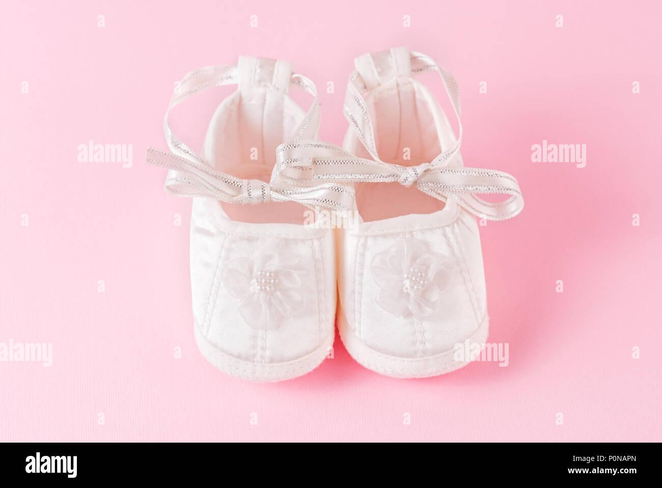 brand new e7acd c8dab Weiß Baby Schuhe auf rosa Hintergrund. Ein Paar Babyschuhe ...