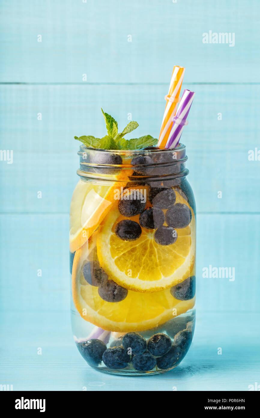 Detox Obst infundiert Wasser. Erfrischende Sommer hausgemachten Cocktail, selektive konzentrieren. Stockfoto