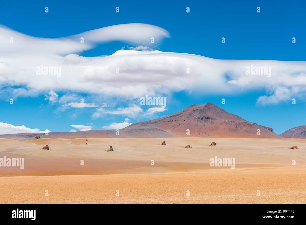 Die herrliche Dali Wüste in der Nähe von Uyuni Salzsee (Salar de Uyuni) mit Felsformationen, die vom Meister selbst, Bolivien gewesen wäre. Stockbild