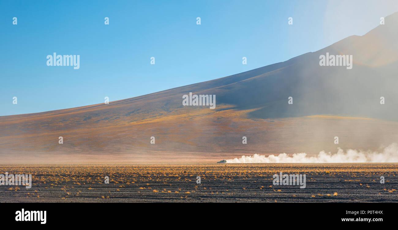 Ein Allradantrieb Kreuzfahrt durch den Altiplano von Bolivien in der Nähe des Uyuni Salzsee und die Atacama-Wüste in Chile, Südamerika. Stockbild