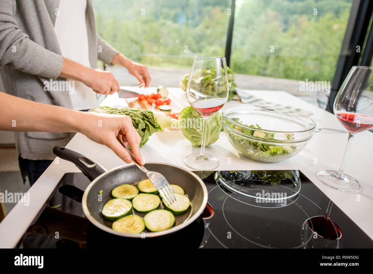 Kochen einige Vegetarier essen Stockbild
