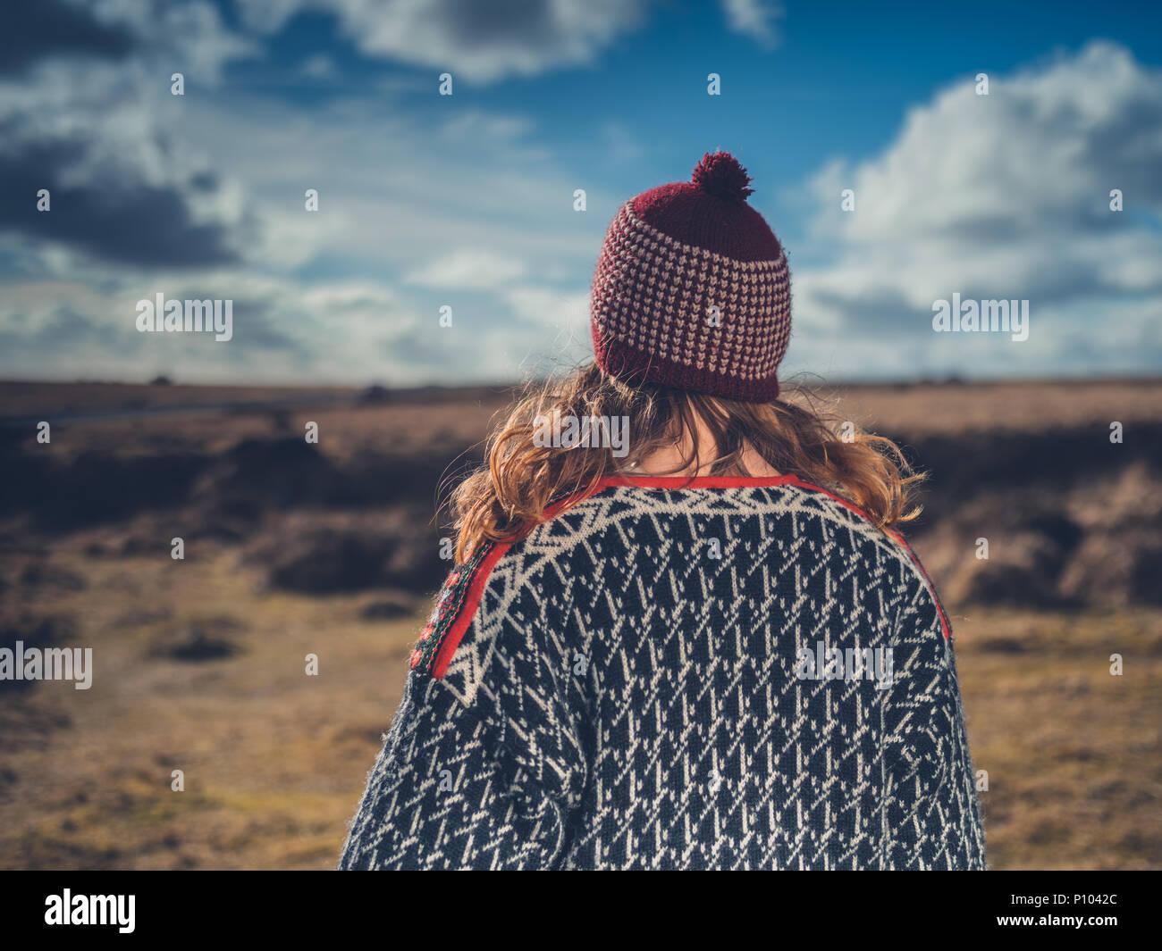 Eine junge Frau wird auf dem Moor im Winter Stockbild