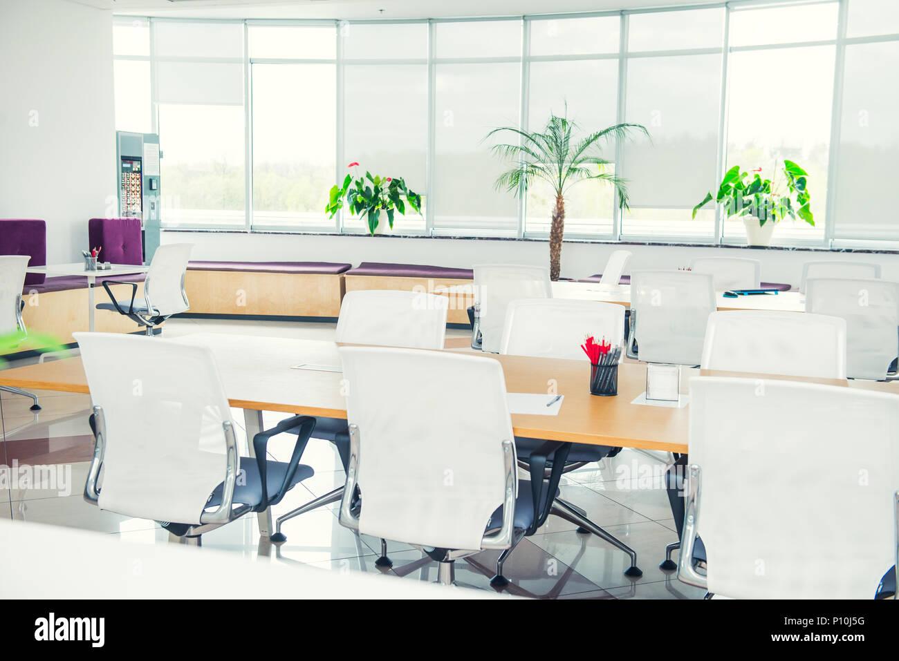 innenraum der modernen licht leer open space office mit gro en fenstern tisch schreibtische. Black Bedroom Furniture Sets. Home Design Ideas